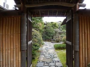 竹のあつらえからのぞく石畳が美しい